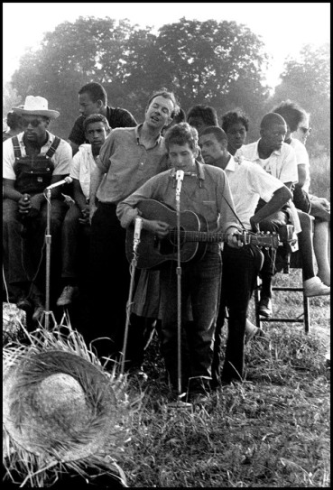USA. Greenwood, Mississippi. 1962. Bob DYLAN and Pete SEEGER.
