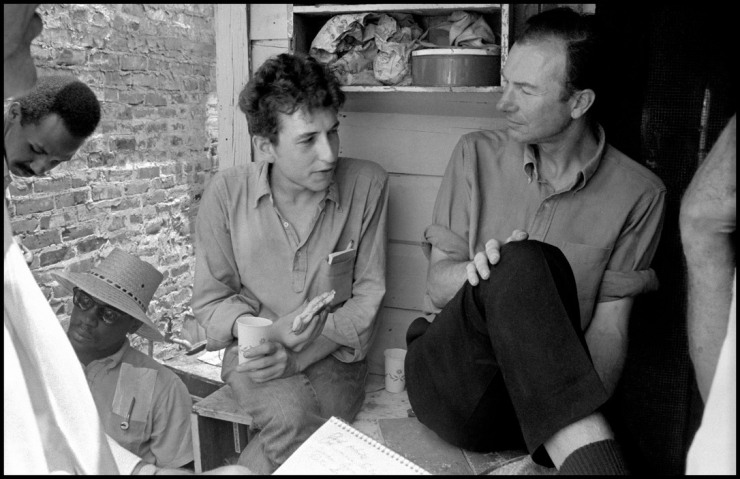 USA.-Mississippi-Greenwood.-Bob-DYLAN-and-Pete-SEEGER-before-performing-in-a-cotton-field.