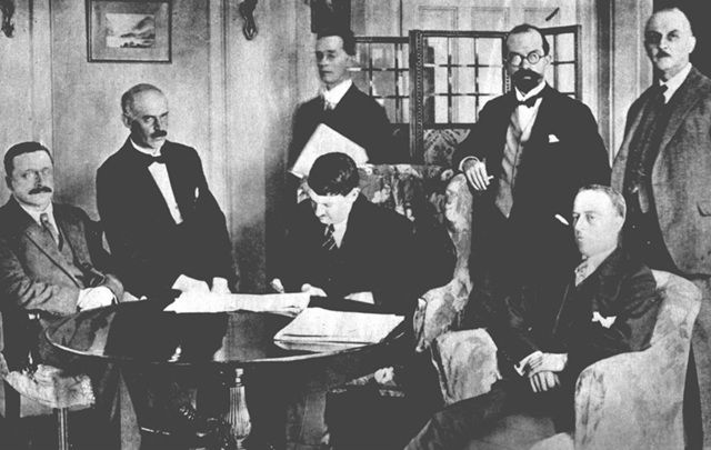 cropped_Michael_Collins_signed_the_Anglo-Irish_Treaty